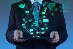 Uomo d'affari facendo uso di Internet di manifestazioni di computer della compressa e del netw del sociale Fotografie Stock