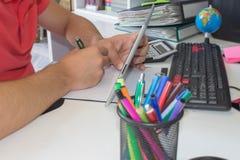 Uomo d'affari facendo uso di un calcolatore a ipad i numeri Contabilità, concetto di calcolo Immagine Stock