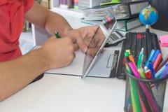 Uomo d'affari facendo uso di un calcolatore a ipad i numeri Contabilità, concetto di calcolo Immagine Stock Libera da Diritti