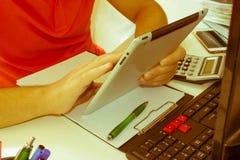 Uomo d'affari facendo uso di un calcolatore a ipad i numeri Contabilità, concetto di calcolo Fotografia Stock Libera da Diritti