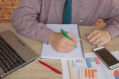 Uomo d'affari facendo uso di un calcolatore per calcolare i numeri Contabilità, contabilità, concetto di calcolo Fotografie Stock Libere da Diritti