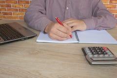 Uomo d'affari facendo uso di un calcolatore per calcolare i numeri Contabilità, contabilità, concetto di calcolo Fotografia Stock Libera da Diritti