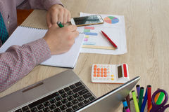 Uomo d'affari facendo uso di un calcolatore per calcolare i numeri Contabilità, contabilità, concetto di calcolo Fotografia Stock