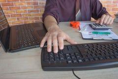 Uomo d'affari facendo uso di un calcolatore per calcolare i numeri Contabilità, contabilità, concetto di calcolo Immagine Stock Libera da Diritti