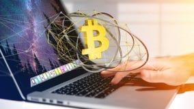 Uomo d'affari facendo uso di un computer con un segno di valuta cripto di Bitcoin Immagini Stock