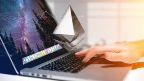 Uomo d'affari facendo uso di un computer con un segno di valuta cripto di Bitcoin Fotografia Stock