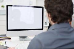 Uomo d'affari facendo uso di un desktop computer Fotografia Stock Libera da Diritti