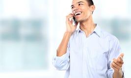 Uomo d'affari facendo uso di un telefono cellulare Fotografia Stock