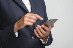 Uomo d'affari facendo uso di un telefono cellulare astuto immagini stock libere da diritti