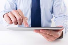 Uomo d'affari facendo uso di una compressa digitale Immagine Stock