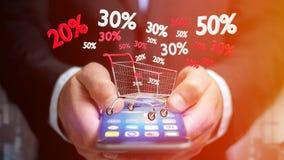 Uomo d'affari facendo uso di uno smartphone con un carrello rosso e bianco e Immagini Stock