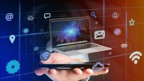 Uomo d'affari facendo uso di uno smartphone con un computer che circonda dal ap Fotografia Stock Libera da Diritti
