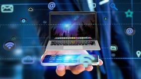Uomo d'affari facendo uso di uno smartphone con un computer che circonda dal ap Immagini Stock Libere da Diritti