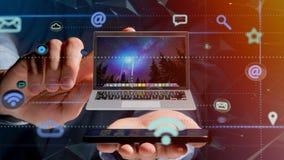 Uomo d'affari facendo uso di uno smartphone con un computer che circonda dal ap Immagine Stock Libera da Diritti