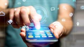 Uomo d'affari facendo uso di uno smartphone con un'icona del contatto che circonda b Immagine Stock Libera da Diritti