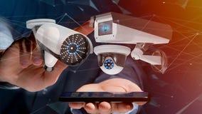Uomo d'affari facendo uso di uno smartphone con un sistema della videocamera di sicurezza e Fotografia Stock