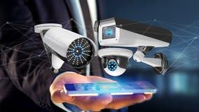 Uomo d'affari facendo uso di uno smartphone con un sistema della videocamera di sicurezza e Fotografia Stock Libera da Diritti