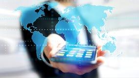 Uomo d'affari facendo uso di uno smartphone con una mappa di mondo collegata - 3d r Fotografia Stock Libera da Diritti