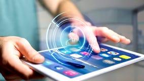 Uomo d'affari facendo uso di uno smartphone con una rete technologic di Shinny Immagini Stock