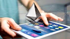 Uomo d'affari facendo uso di uno smartphone con una valuta cripto s di Ethereum Immagini Stock Libere da Diritti