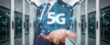 Uomo d'affari facendo uso 5G della rappresentazione dell'interfaccia di rete 3D illustrazione di stock