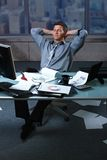 Uomo d'affari faticoso con i documenti tutto l'intorno Fotografie Stock Libere da Diritti