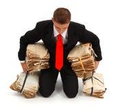 Uomo d'affari faticoso con i lotti di lavoro di ufficio Immagini Stock