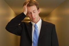 Uomo d'affari faticoso nel corridoio Fotografia Stock