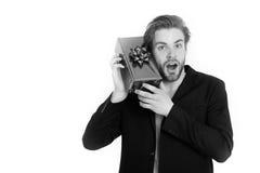 Uomo d'affari felice bello che tiene il contenitore di regalo blu Fotografia Stock Libera da Diritti