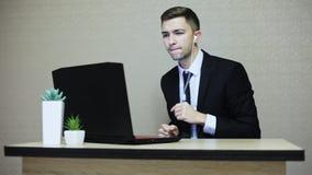 Uomo d'affari felice che ascolta la musica mentre lavora e ballare video d archivio