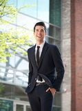Uomo d'affari felice che cammina per lavorare Immagine Stock