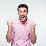 Uomo d'affari felice che celebra il suo successo Immagini Stock