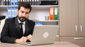 Uomo d'affari felice che ha una chiacchierata online con il suo gruppo stock footage