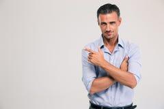 Uomo d'affari felice che indica awa del dito Immagini Stock