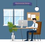 Uomo d'affari felice che lavora ad un personal computer, sedentesi su una sedia di cuoio marrone dietro la scrivania Stile piano  fotografia stock