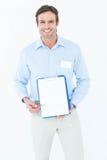 Uomo d'affari felice che mostra lavagna per appunti in bianco fotografie stock