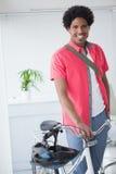 Uomo d'affari felice che sta con la sua bici Immagini Stock