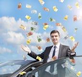 Uomo d'affari felice che sta nella pioggia di soldi immagini stock libere da diritti