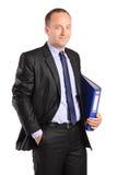 Uomo d'affari felice che tiene un dispositivo di piegatura con i documenti Fotografia Stock