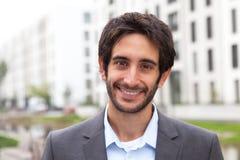 Uomo d'affari felice con capelli neri e barba nella città Fotografie Stock Libere da Diritti