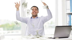 Uomo d'affari felice con soldi ed il computer portatile in ufficio stock footage
