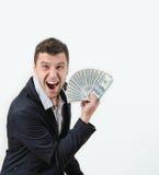 Uomo d'affari felice con soldi in studio su un fondo bianco Immagini Stock