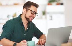 Uomo d'affari felice dell'uomo, free lance, studente che lavora al computer a Fotografie Stock Libere da Diritti