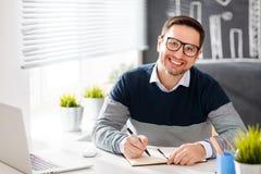 Uomo d'affari felice dell'uomo, free lance, studente che lavora al computer a Fotografia Stock