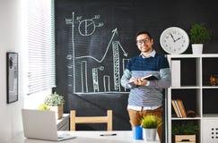 Uomo d'affari felice dell'uomo, free lance, studente che lavora al computer a Immagine Stock