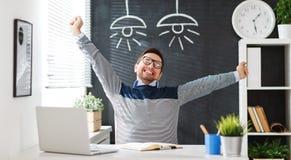 Uomo d'affari felice dell'uomo, free lance, studente che lavora al computer a Fotografia Stock Libera da Diritti