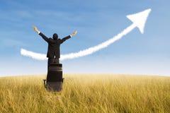 Uomo d'affari felice e nuvola crescente del grafico all'aperto Immagini Stock Libere da Diritti