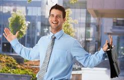 Uomo d'affari felice fuori dell'ufficio fotografia stock libera da diritti