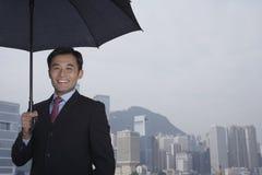 Uomo d'affari felice Holding Umbrella Outdoors Fotografia Stock