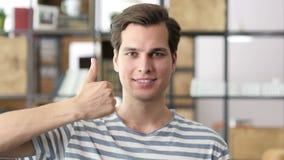 uomo d'affari felice o pollice maschio creativo su video d archivio